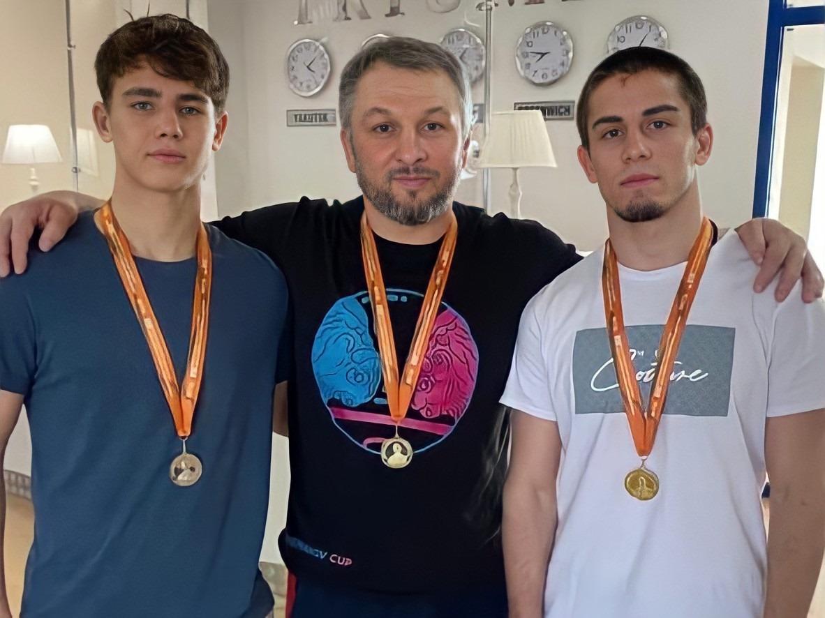 Борцы из Калининграда выиграли золото и серебро международного турнира в Якутии