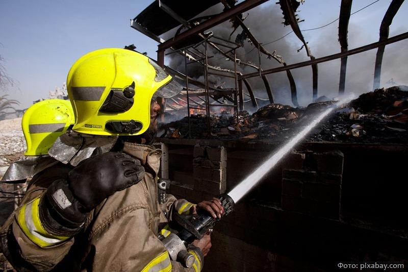 Возбуждено уголовное дело из-за пожара, уничтожившего крышу пятиэтажки в Светлогорске
